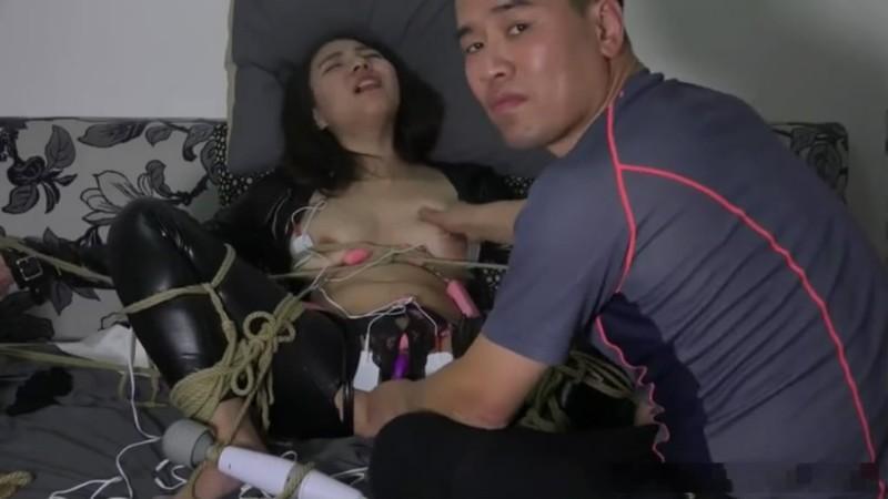 国模工作室流出美女模特挑战紫竹铃被摄影师绑着用各种情趣用品虐阴这摄影师样子真猥琐