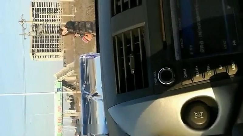 時尚性感黑絲少婦和老公吵架被扔到半路上被路過的司機搭訕挑逗車震